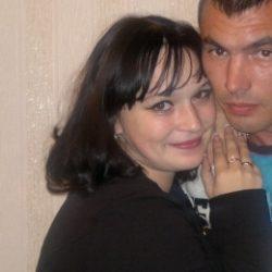 Семейная пара ищет девушку би или лесби для секса с женщиной в Кирове.
